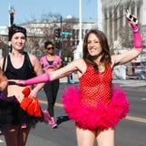桃红色华伦泰芭蕾舞短裙华盛顿特区的浅黑肤色的男人 库存图片