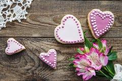 桃红色华伦泰` s心形的曲奇饼 免版税库存图片