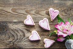 桃红色华伦泰` s心形的曲奇饼 库存照片