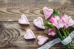 桃红色华伦泰` s心形的曲奇饼 库存图片