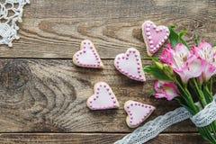 桃红色华伦泰` s心形的曲奇饼 免版税库存照片