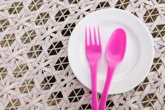 桃红色叉子和匙子在盘 库存照片