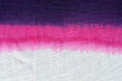 桃红色口气领带染料样式垂度洗染了在棉织物背景的技术 库存照片