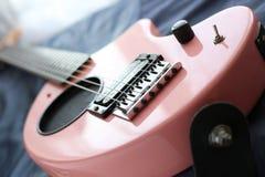 桃红色吉他 库存图片