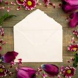 桃红色和在木背景隔绝的葡萄酒纸信封 平的位置,顶视图 库存照片