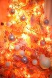 桃红色和橙色圣诞树 免版税库存照片