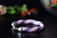 桃红色和淡紫色颜色串珠的镯子  库存图片