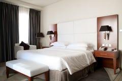 桃红色和温暖的口气的豪华红色木现代样式旅馆卧室iin的卧室,内部早晨和白天 免版税库存照片