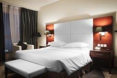 桃红色和温暖的口气的,一间旅馆卧室的红色木内部豪华现代样式卧室均匀照明的 库存照片
