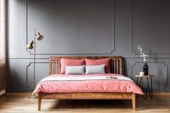桃红色和灰色卧室内部 库存照片