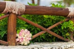 桃红色和白玫瑰婚礼花束  库存图片