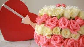 桃红色和白玫瑰精美花束  有一件礼物的箱子以心脏的形式 影视素材