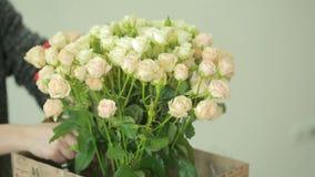 桃红色和白玫瑰,卖花人妇女明亮的五颜六色的花束会集花束 股票视频