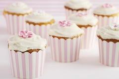 桃红色和白色减速火箭的样式杯形蛋糕点心桌  免版税库存图片