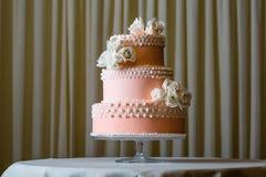 桃红色和白色婚宴喜饼 免版税库存图片