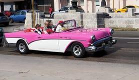 桃红色和白色敞篷车在哈瓦那古巴 图库摄影