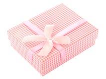 桃红色和白色方格的礼物盒 免版税库存照片