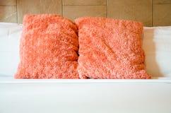 桃红色和白色枕头 免版税库存照片
