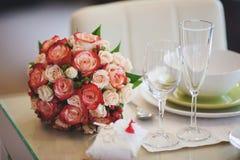 桃红色和白色玫瑰美丽的婚礼花束在桌上的 库存图片