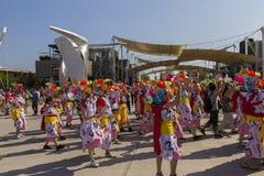 桃红色和白色礼服的舞蹈家在商展的日本传统游行2015年 免版税库存照片