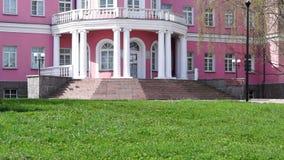 桃红色和白色社会宫殿入口掀动  股票录像