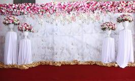 桃红色和白色背景花的布置准备好婚姻 库存照片