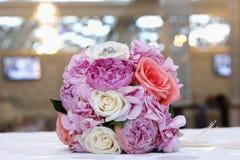 桃红色和白色订婚花束 花束接近的重点粉红色玫瑰虚拟 库存图片