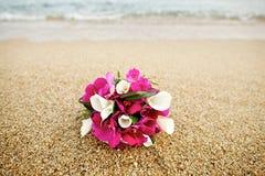 桃红色和白花在海滩的婚礼花束 库存图片