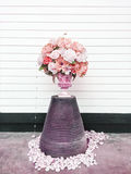 桃红色和白花花束在清楚的木背景,菊花,典雅的葡萄酒花卉装饰的 免版税库存照片