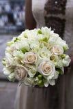 桃红色和空白玫瑰婚礼花束  库存照片
