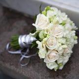 桃红色和空白玫瑰婚礼花束  库存图片