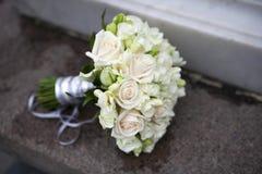 桃红色和空白玫瑰婚礼花束  免版税库存照片