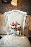 桃红色和空白玫瑰婚礼花束 免版税库存图片