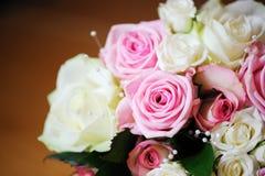桃红色和空白玫瑰 免版税图库摄影