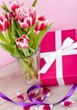 桃红色和空白郁金香存在丝带复活节生日 库存照片