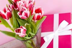 桃红色和空白郁金香存在丝带复活节生日 免版税库存图片