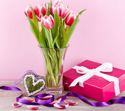 桃红色和空白郁金香存在丝带复活节生日 免版税图库摄影