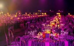 桃红色和紫色圣诞节装饰与蜡烛和灯家神的 免版税库存图片