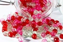 桃红色和红色小珠 免版税库存图片