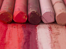 桃红色和红色艺术性的蜡笔 库存照片