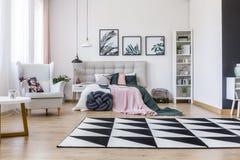 桃红色和绿色卧室 图库摄影