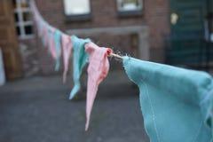 桃红色和蓝色三角,手工制造布料诗歌选 免版税库存照片