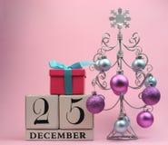 桃红色和蓝色主题保存日期日历为圣诞节, 12月25日。 免版税库存照片