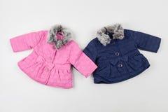 桃红色和蓝色儿童的冬天夹克 对于女孩和男孩 免版税库存图片