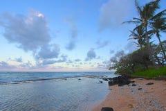 桃红色和蓝色日落和反射在海洋水在Kapa的`岸在考艾岛,夏威夷 库存图片
