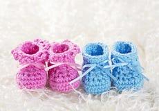 桃红色和蓝色婴儿钩针编织鞋子 库存照片
