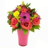 桃红色和黄色花花束在白色查出的花瓶的 库存照片
