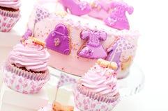 桃红色和紫罗兰色女孩的生日蛋糕 图库摄影