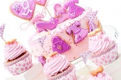 桃红色和紫罗兰色女孩的生日蛋糕 免版税图库摄影