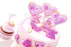 桃红色和紫罗兰色女孩的生日蛋糕 库存照片